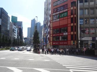 最初の交差点(西新宿1丁目)