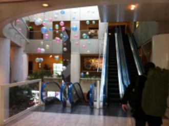 エスカレーターで本館3階フロントへ