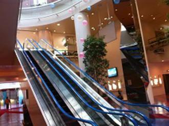 地下1階から1階へのエスカレーター