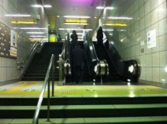 階段やエスカレーターを登ってください
