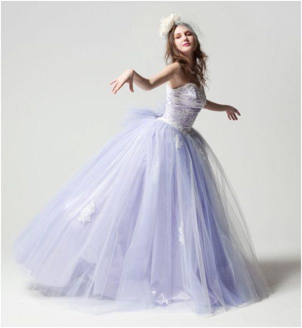 85eb2fa411041 エレガントな雰囲気を演出できるパープルは、大人花嫁の間で人気を集めているカラーです。中でも今シーズンは、優しい色合いのラベンダーカラーのドレスに注目!